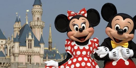 Hombre declara su amor a Minnie ¡enfrente de Mickey Mouse!